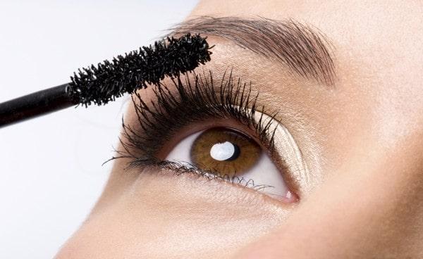 Hoàn thiện trang điểm mắt bằng việc chuốt Mascara