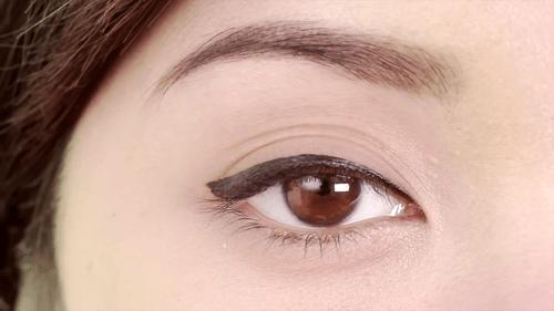 Cách kẻ viền mắt bằng bút dạ cực quyến rũ từ người nổi tiếng 2