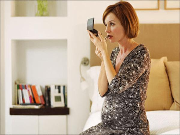Phụ nữ mang bầu có nên trang điểm hay không?