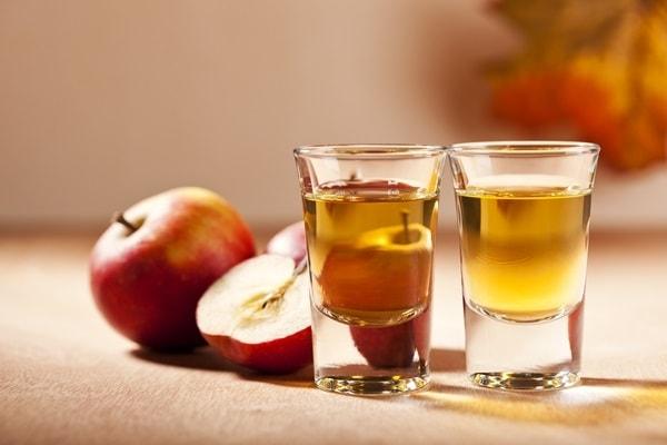 Nước detox làm từ giấm táo và chanh tươi