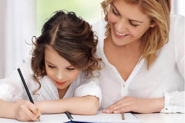 Mẹ hãy cố gắng đồng hành cùng bé trong quá trình luyện chữ