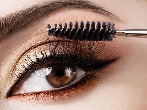 Trước khi dùng mascara hãy xoay nó vài lần theo chiều kim đồng hồ