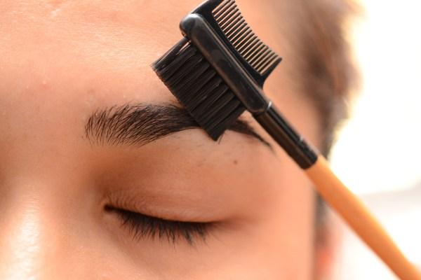 Vẽ lông mày bằng lược có răng thẳng