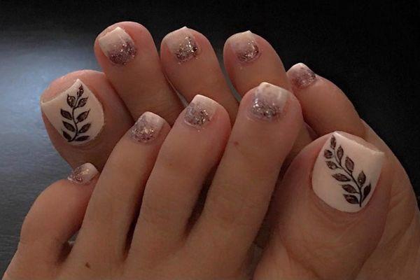 Tông màu nude cho kiểu vẽ móng chân đẹp đơn giản