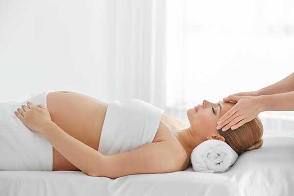 Massage là liệu pháp giảm bớt những khó chịu thường gặp khi mang thai