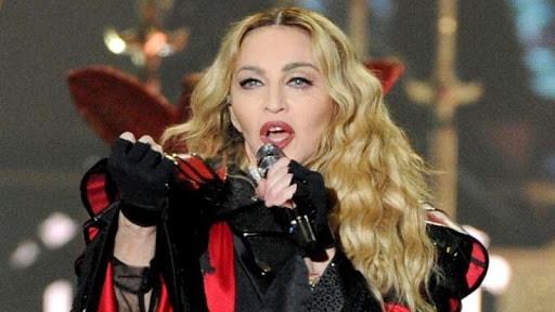 Nữ ca sĩ có gương mặt gợi cảm này lấy nghệ danh là Madonna, ngoài ra cô còn có biệt danh là Material Girl (Cô gái vật chất) hay Madge.