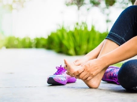 Bị phồng chân thì nên làm những gì?